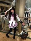 """Cosplay de la actriz de voz """"Sumire Uesaka"""" como Homura de MadokaMagica"""